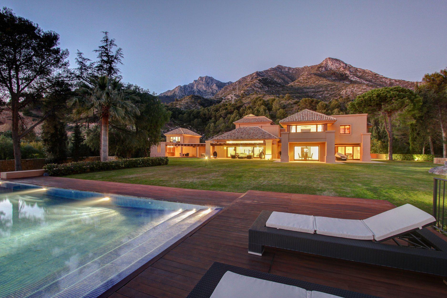Luxury Villa With Sea Views  In Cascada De Camojan, Marbella