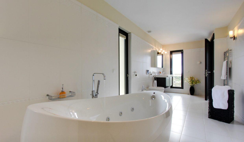 Los-Flamingos-Marbella-luxury-villa-rental-modern-bathroom