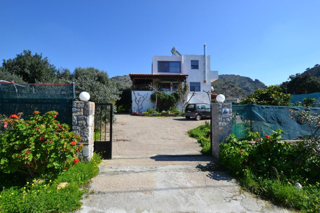 Detached, 4 bedroom house with lush garden and sea views